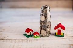Αποταμίευση χρημάτων για το σπίτι στο μπουκάλι γυαλιού Στοκ Φωτογραφία