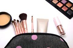 Αποτελέστε τα καλλυντικά να τοποθετήσουν σε σάκκο και το σύνολο επαγγελματικών διακοσμητικού, makeup εργαλείων και εξαρτήματος στ στοκ εικόνες