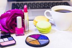 Αποτελέστε τα προϊόντα και ένα lap-top στοκ εικόνα με δικαίωμα ελεύθερης χρήσης