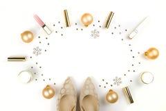 Αποτελέστε τα προϊόντα με τη διακόσμηση Χριστουγέννων και τα παπούτσια της χρυσής γυναίκας στο άσπρο υπόβαθρο με το διαστημικό επ στοκ εικόνα