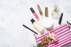 Αποτελέστε την τσάντα με τα καλλυντικά προϊόντα ομορφιάς στοκ φωτογραφία