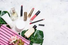 Αποτελέστε την τσάντα με τα καλλυντικά προϊόντα ομορφιάς στοκ εικόνα