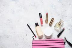 Αποτελέστε την τσάντα με τα καλλυντικά προϊόντα ομορφιάς στοκ φωτογραφίες με δικαίωμα ελεύθερης χρήσης