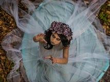 Αποτελέστε της νεκρής νύφης με τα μαύρα ντυμένα τρίχα γαμήλια ενδύματα στο δάσος στοκ φωτογραφία