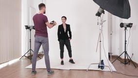 Αποτελέστε τον καλλιτέχνη εργαζόμενο σε ένα σύνολο φωτογραφιών απόθεμα βίντεο