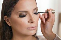 Αποτελέστε τον καλλιτέχνη ισχύοντα eyeliner στοκ εικόνες