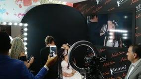 Αποτελέστε τον καλλιτέχνη που εφαρμόζει τον επαγγελματία να αποτελέσει της νέας νύφης γυναικών για να είναι απόθεμα βίντεο