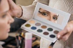 Αποτελέστε τον καλλιτέχνη που σκιάζει τα μάτια στοκ φωτογραφίες με δικαίωμα ελεύθερης χρήσης