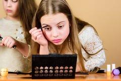 Αποτελέστε το σχολείο Τέχνη Makeup Ερευνήστε moms την έννοια τσαντών καλλυντικών Σαλόνι και επεξεργασία ομορφιάς Τα μικρά κορίτσι στοκ εικόνα