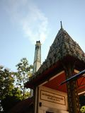 Αποτεφρωτικός με τον καπνό από αποτεφρώστε την κηδεία στο ναό της Ταϊλάνδης ο αποτεφρωτικός με τον ήλιο, το μπλε ουρανό και το σύ στοκ εικόνα