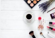Αποτελέστε θέτει στον άσπρο πίνακα με lavender τη τοπ άποψη στοκ εικόνες