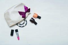 Αποτελέστε την τσάντα με τα καλλυντικά και τις βούρτσες στο ξύλινο υπόβαθρο Στοκ εικόνες με δικαίωμα ελεύθερης χρήσης