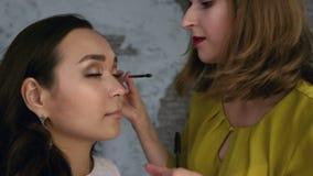 Αποτελέστε τον καλλιτέχνη βάζοντας mascara στα μάτια του προτύπου Το μάτι αποτελεί απόθεμα βίντεο