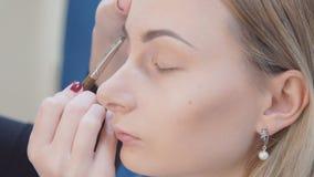 Αποτελέστε τον καλλιτέχνη βάζοντας mascara στα πρότυπα μάτια ` s Το μάτι αποτελεί απόθεμα βίντεο