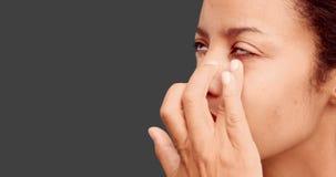 Αποτελέστε τον καλλιτέχνη που βάζει την κρέμα στο πρόσωπο προτύπων απόθεμα βίντεο