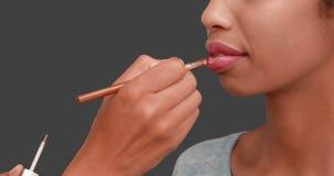 Αποτελέστε τον καλλιτέχνη που βάζει το χείλι να σχολιάσει στο πρόσωπο προτύπων απόθεμα βίντεο