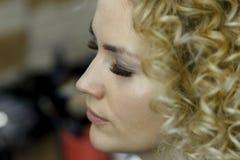 Αποτελέστε τον καλλιτέχνη που κάνει τον επαγγελματία να αποτελέσει της νέας γυναίκας στοκ φωτογραφίες