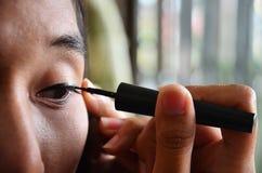 Αποτελέστε τον τρόπο ζωής την ταϊλανδική χρήση γυναικών eyeliner Στοκ Εικόνα