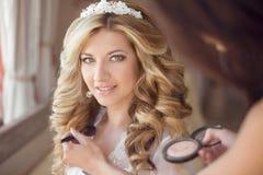 Αποτελέστε το στιλίστα την υγιή τρίχα όμορφος γάμος π νυφών χαμόγελου στοκ φωτογραφίες