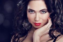 Αποτελέστε. Όμορφο κορίτσι Brunette με τα μπλε μάτια.   στοκ εικόνα
