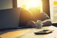 Αποτύχετε τη συνεδρίαση επιχειρηματιών μπροστά από το σημειωματάριο και σοβαρός περίπου στοκ φωτογραφία με δικαίωμα ελεύθερης χρήσης