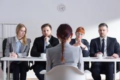 Αποφασιστική στιγμή - πώς θα αναπτύξει τη σταδιοδρομία της; Στοκ εικόνα με δικαίωμα ελεύθερης χρήσης
