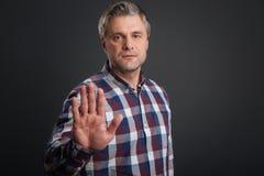 Αποφασιστικό σοβαρό άτομο που κάνει μια χειρονομία στάσεων στοκ φωτογραφία με δικαίωμα ελεύθερης χρήσης