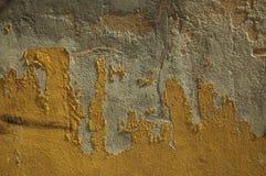 Αποφλοίωση ασβεστοκονιάματος από έναν παλαιό τοίχο που διαμορφώνει ένα περίεργο υπόβαθρο στοκ εικόνα