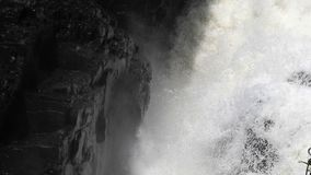Αποφορτιμένος βράχοι νερού με το βρύο απόθεμα βίντεο