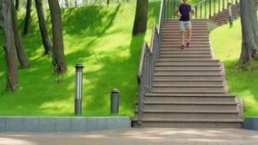 Αποφορτιμένος σκαλοπάτια ατόμων ικανότητας σε σε αργή κίνηση υγιής τρόπος ζωής έννοιας απόθεμα βίντεο