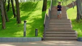 Αποφορτιμένος σκαλοπάτια νεαρών άνδρων σε σε αργή κίνηση υγιής τρόπος ζωής έννοιας απόθεμα βίντεο