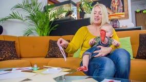 Αποφλοίωση μητέρων από το κομμάτι χαρτί φιλμ μικρού μήκους