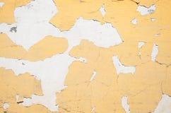 Αποφλοίωση χρωμάτων από έναν άσπρο τοίχο Στοκ Εικόνες