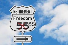 Αποχώρηση με την ελευθερία 65 διαδρομή σχεδίων σε ένα οδικό σημάδι ΑΜΕΡΙΚΑΝΙΚΩΝ εθνικών οδών στοκ εικόνες