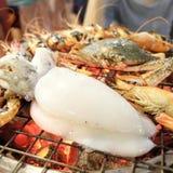 Απολαύστε το γεύμα σας! Τοπ άποψη των τροφίμων και των ποτών στον αγροτικό ξύλινο πίνακα Στοκ Εικόνες