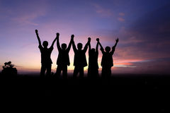 Απολαύστε το ηλιοβασίλεμα με τους φίλους Στοκ εικόνες με δικαίωμα ελεύθερης χρήσης