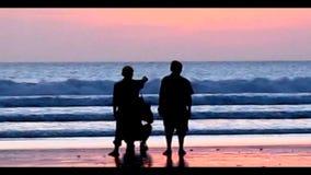 Απολαύστε το ηλιοβασίλεμα στην παραλία απόθεμα βίντεο