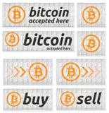 Αποδεκτό Bitcoin έμβλημα που τίθεται στο ύφος δυαδικού κώδικα Στοκ Εικόνες