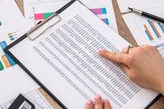 Απολογισμοί γυναικών και στοιχεία ανάλυσης για τον εγχώριο προϋπολογισμό Στοκ εικόνες με δικαίωμα ελεύθερης χρήσης