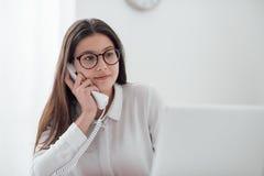 Αποδοτικός γραμματέας στο τηλέφωνο Στοκ εικόνες με δικαίωμα ελεύθερης χρήσης
