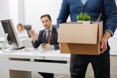 Απολυθείς ανώτερος υπάλληλος που αφήνει το γραφείο με το κιβώτιο Στοκ φωτογραφία με δικαίωμα ελεύθερης χρήσης