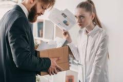 Απολυθείς επιχειρηματίας με το κουτί από χαρτόνι και επιχειρηματίας στην αρχή Στοκ εικόνα με δικαίωμα ελεύθερης χρήσης