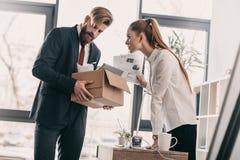 Απολυθείς επιχειρηματίας με το κουτί από χαρτόνι και επιχειρηματίας στην αρχή Στοκ Εικόνες