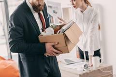 Απολυθείς επιχειρηματίας με το κουτί από χαρτόνι και επιχειρηματίας στην αρχή Στοκ φωτογραφίες με δικαίωμα ελεύθερης χρήσης