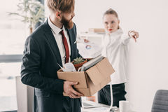 Απολυθείς επιχειρηματίας με το κουτί από χαρτόνι και προϊστάμενος στην αρχή Στοκ Εικόνα