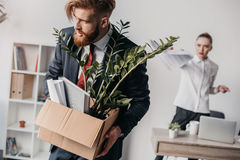 Απολυθείς επιχειρηματίας με το κουτί από χαρτόνι στην αρχή, 0 προϊστάμενος πίσω Στοκ εικόνα με δικαίωμα ελεύθερης χρήσης