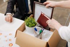 Απολυθείς υπάλληλος που συσκευάζει το κιβώτιο και που εγκαταλείπει την εργασία Στοκ Εικόνες