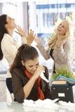 Απολυθείς υπάλληλος που φωνάζει στο γραφείο Στοκ εικόνα με δικαίωμα ελεύθερης χρήσης