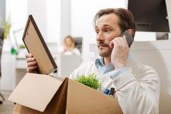 Απολυθείς υπάλληλος που χρησιμοποιεί το τηλέφωνο στο γραφείο Στοκ Εικόνα