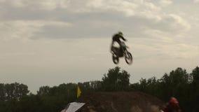 Αποδόσεις επίδειξης που πηδούν τους μοτοσυκλετιστές Το μοτοκρός είναι ένας ακραίος αθλητισμός με τους τόπους συναντήσεως σε πολλέ απόθεμα βίντεο